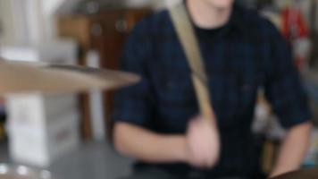 Gros plan de l'homme jouant de la batterie dans le groupe de garage video