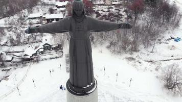 Vista aérea del monumento tradicional estatua de la antigua mujer nacional diseño concepto de viaje toma aérea video