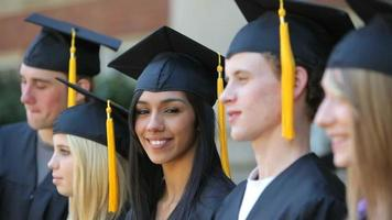 diplômé regarde la caméra video