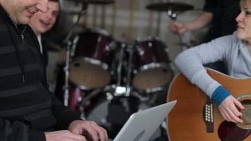 membre du groupe utilisant un ordinateur portable pendant la pratique video