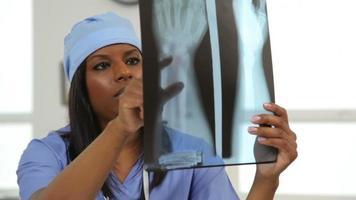 cirujano revisa rayos x video