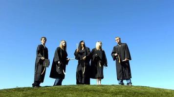 les diplômés jettent des casquettes en l'air video