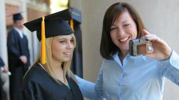 diplômé et mère prennent autoportrait video