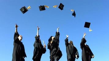 groupe de diplômés jetant des casquettes de graduation video