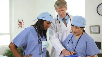 portret van drie beroepsbeoefenaren in de gezondheidszorg video
