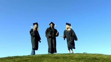 trois diplômés sautant et célébrant video
