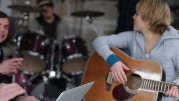 portrait de femme avec guitare video