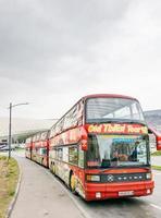 tbilisi, georgia 2020 - autobús turístico por la ciudad durante la pandemia foto