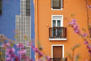 ventana en la fachada naranja de la casa foto