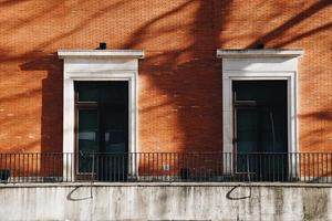 ventana en la fachada roja de la casa foto