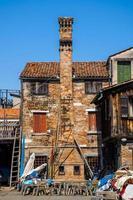 Antiguo edificio de ladrillo rojo con chimenea foto