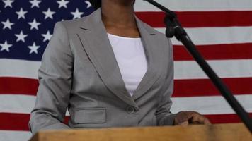 mulher faz discurso político video