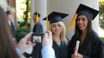 diplômés prenant des photos ensemble video