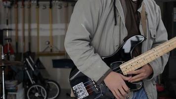 Portrait de guitariste de groupe de garage video