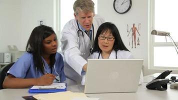 médicos olhando para um laptop video