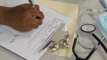 enfermeira preenche papelada médica, closeup video