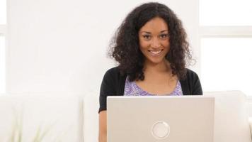 portrait de femme avec ordinateur portable video