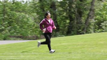 mulher correndo no parque video