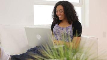 femme dans la salle de séjour avec ordinateur portable video