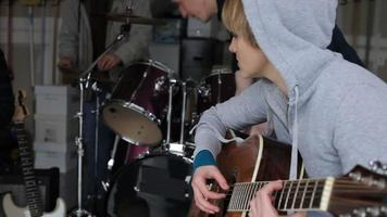 femme joue de la guitare video