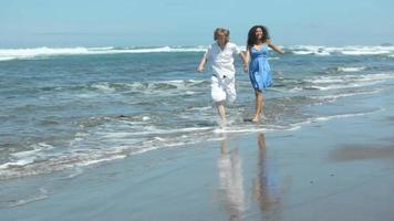 par som håller hand och kör tillsammans på stranden video