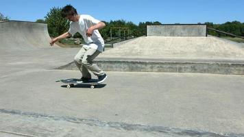 le skateur fait flip trick, slow motion video