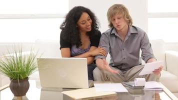 couple travaillant ensemble sur les finances personnelles video