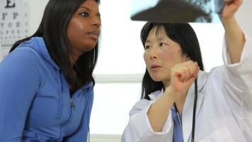médico analisa raio-x com paciente video