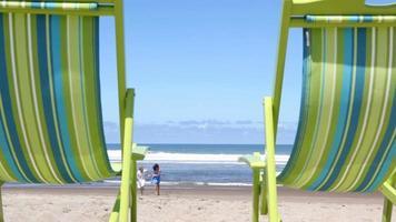 par som kör på stranden till stolar video
