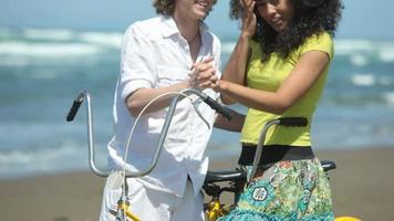 porträtt av par på stranden med tandemcykel video