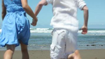 couple main dans la main et courant vers l & # 39; océan video
