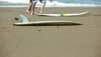 jeune homme, apprendre, femme, comment, surf video