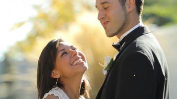 mariée et le marié au baiser de mariage video