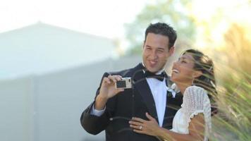 la sposa e lo sposo al matrimonio prendono autoritratto video