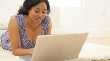 femme, pose, dans, salon, à, ordinateur portable video
