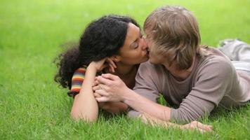 ritratto di coppia posa in erba insieme video