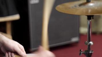 baterista está tocando baquetas e bateria video