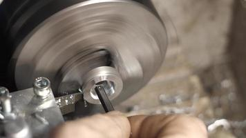 parte de metal em cavacos de cortador de torno video