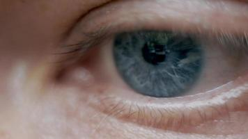ojo azul de un hombre de cerca mira algo video