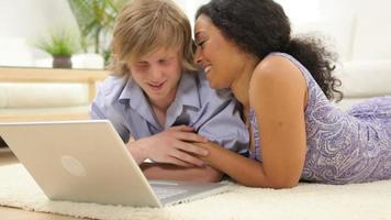 couple, regarder, ordinateur portable, ensemble video