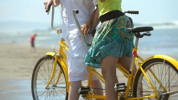 stående av par med tandemcykel på stranden video