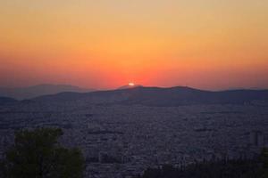 puesta de sol sobre las colinas de atenas foto