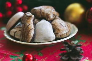 Galletas de jengibre en la mesa con decoración navideña festiva foto