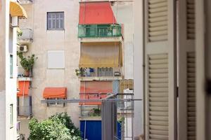 Contraventanas de madera abiertas con vista al vecindario foto