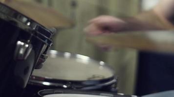 baterista está tocando bateria video