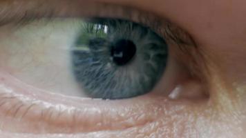 ojo azul un hombre de cerca mira algo video