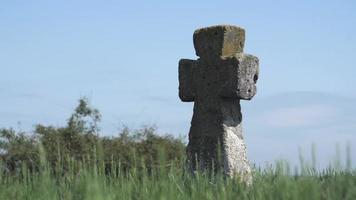 cruz antigua del cementerio cosaco video