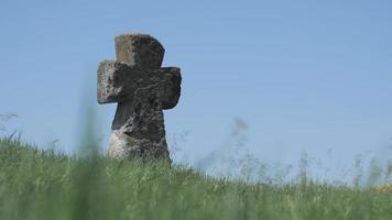 Antiguo cementerio cosaco cruz en un campo video