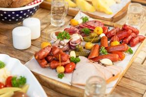 salchicha con queso y pepinos fermentados, bocadillos con vodka en la mesa foto