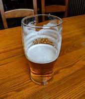 vaso de cerveza medio lleno foto
